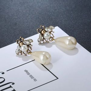 Jewelry - Bee earrings with drop pearls